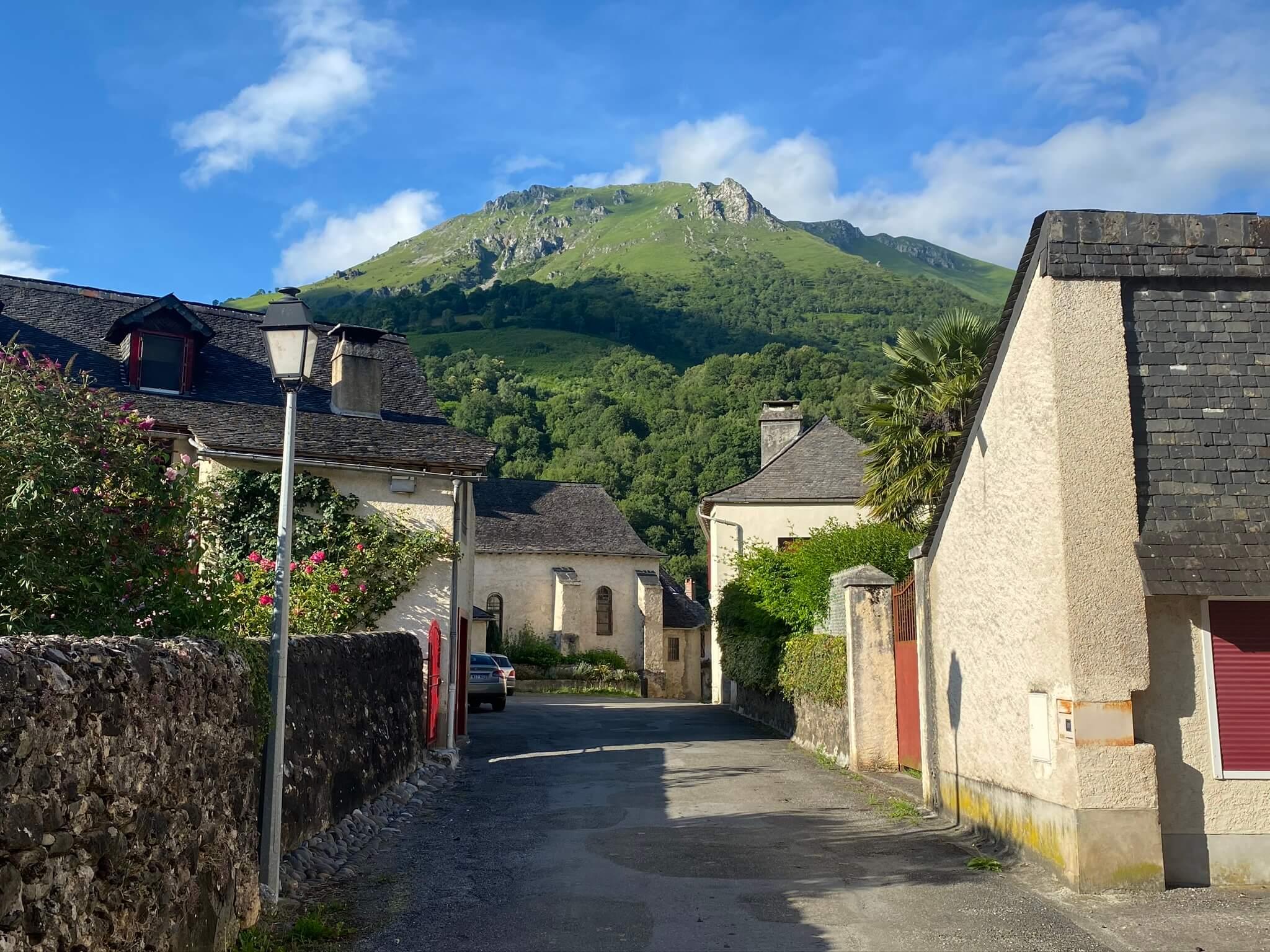Rue de la chapelle d'Orcun à Bedous ; Vue sur la montagne de l'Ourdinse