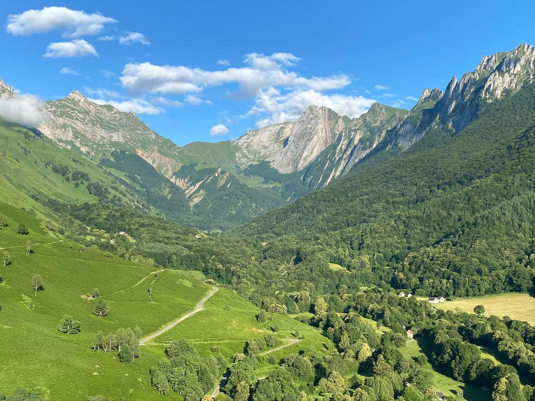 Entourés des Pics de Permayou et de Bergon, on voit le col d'Iseye (1829 m) qui mène en vallée d'Ossau