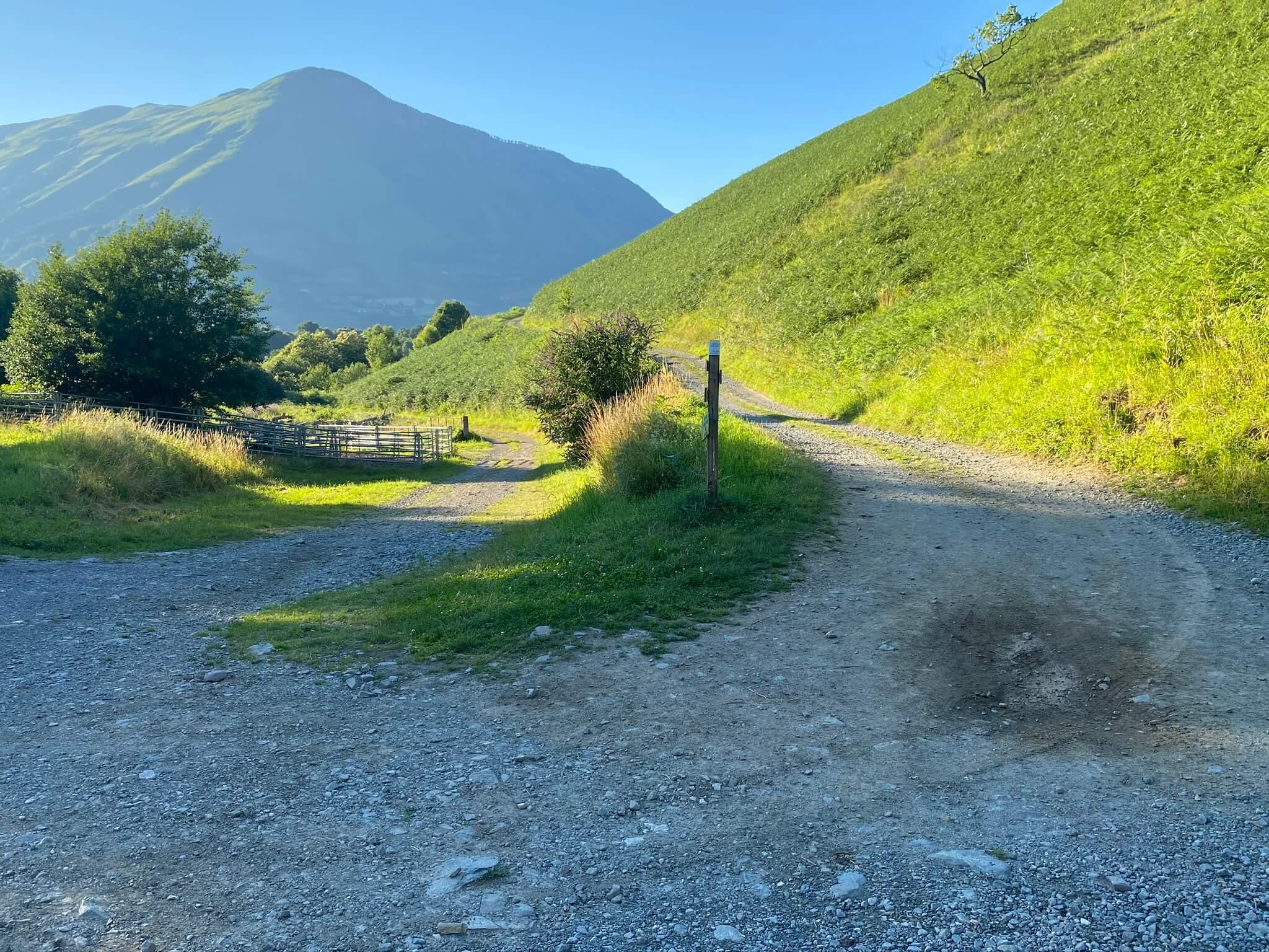 La piste de droite, en légère montée, mène au plateau de Soudious