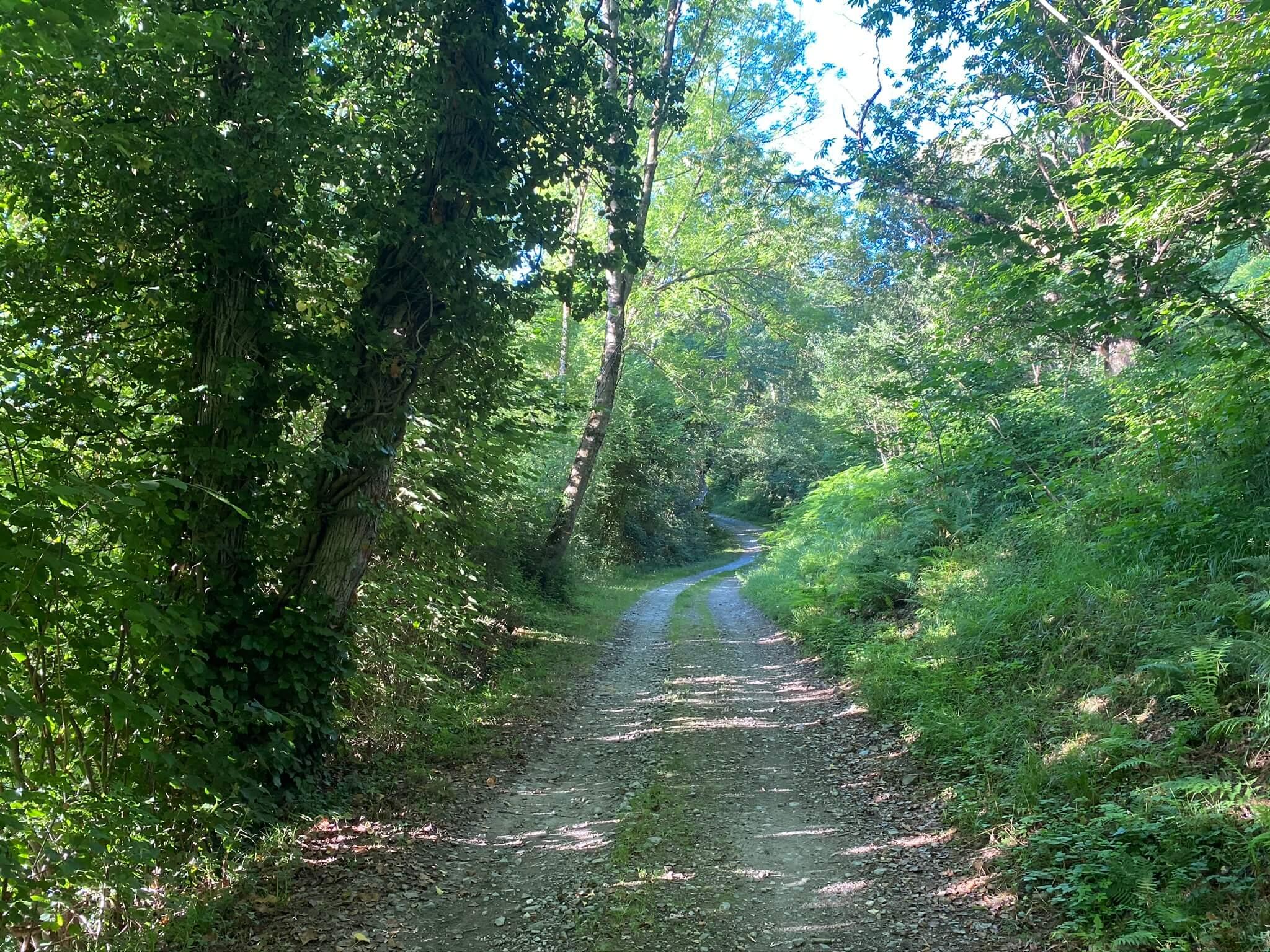 La piste surplombe le hameau de Jouers.