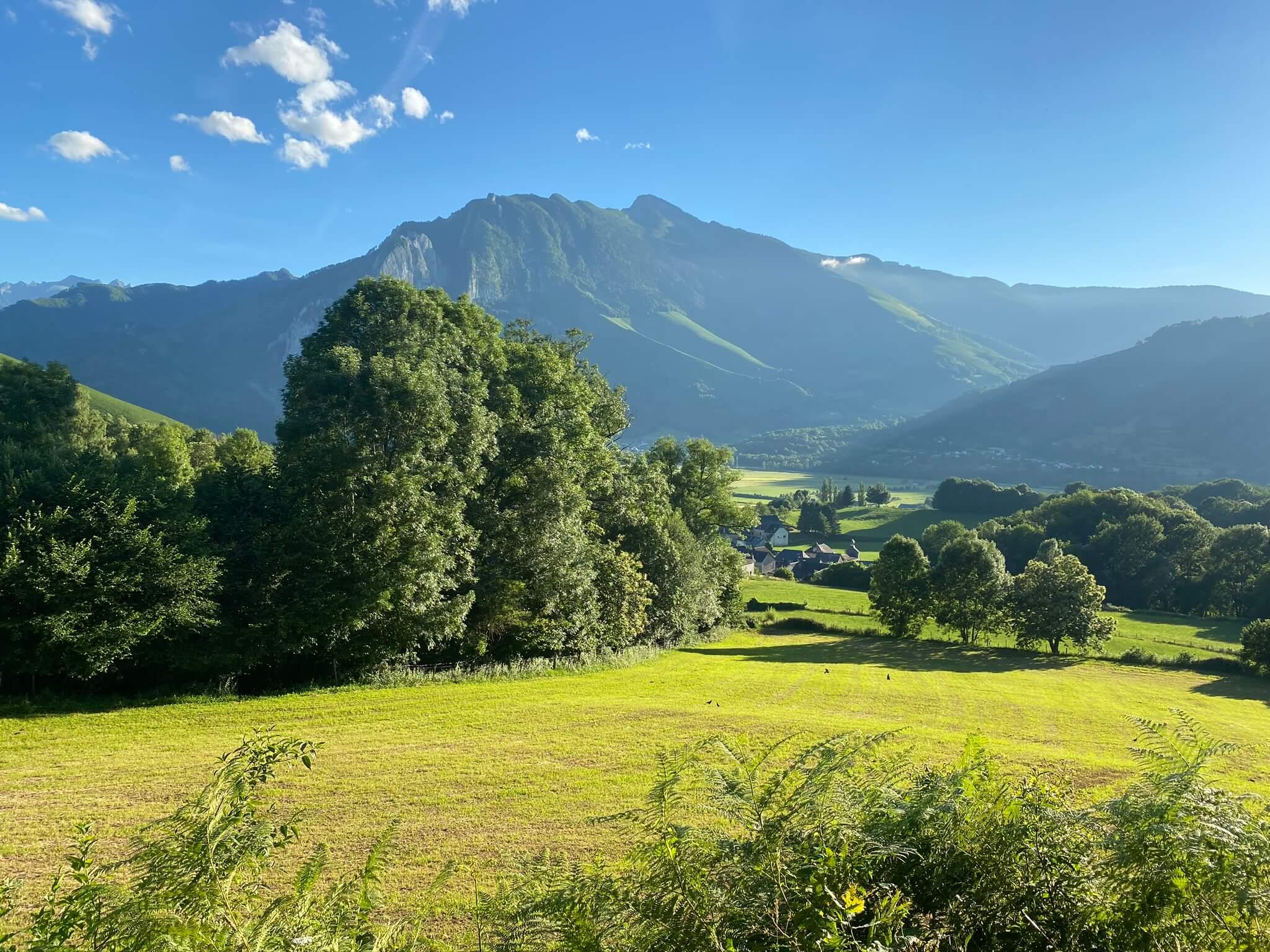 La plaine des 5 villages (Bedous, Accous, Lées, Athas et Osse-en-Aspe) est entourée de belles montagnes